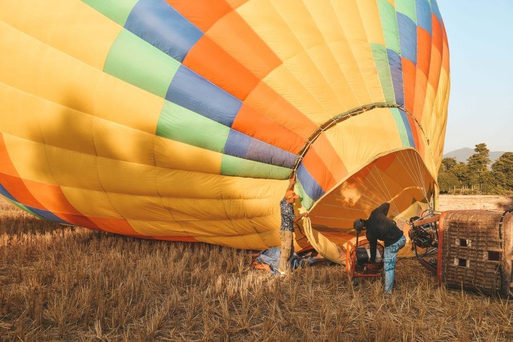 Opblazen luchtballon Vang Vieng.