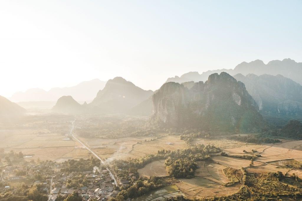 Uitzicht vanuit de luchtballon over de stad Vang Vieng.