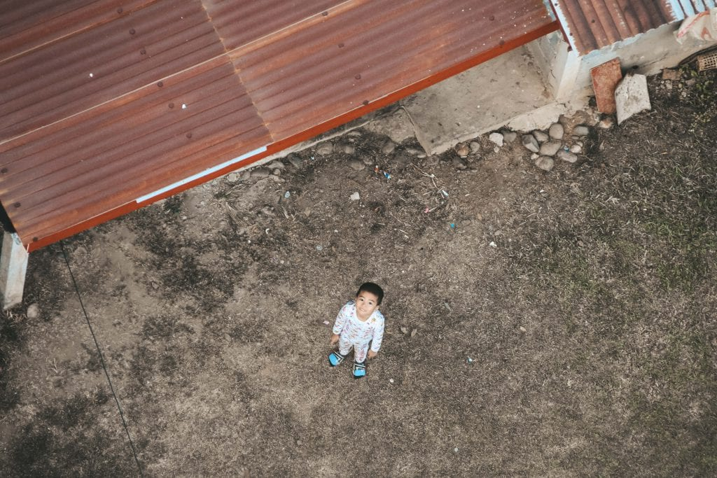 Luchtballon kind bovenaf Laos.