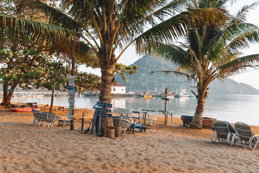 Terrasjes op Saracan Bay in Cambodja.