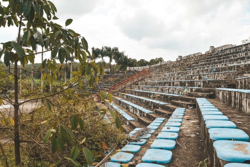 Verlaten waterpark Vietnam tribune.