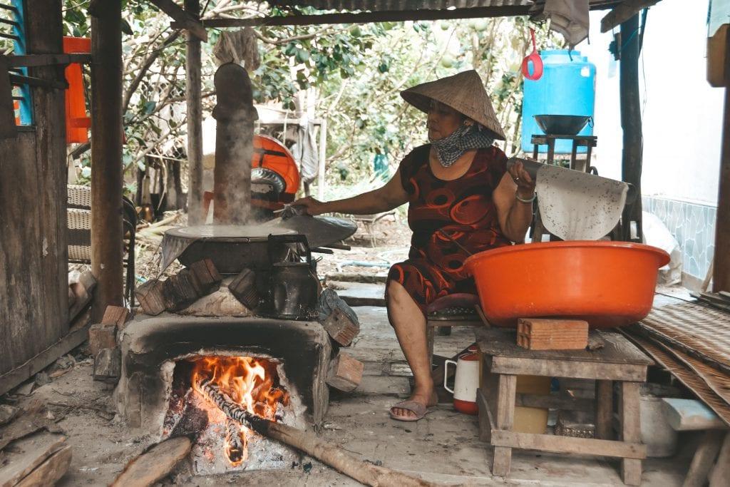 Vrouw maakt rijstpapier in Vietnam.