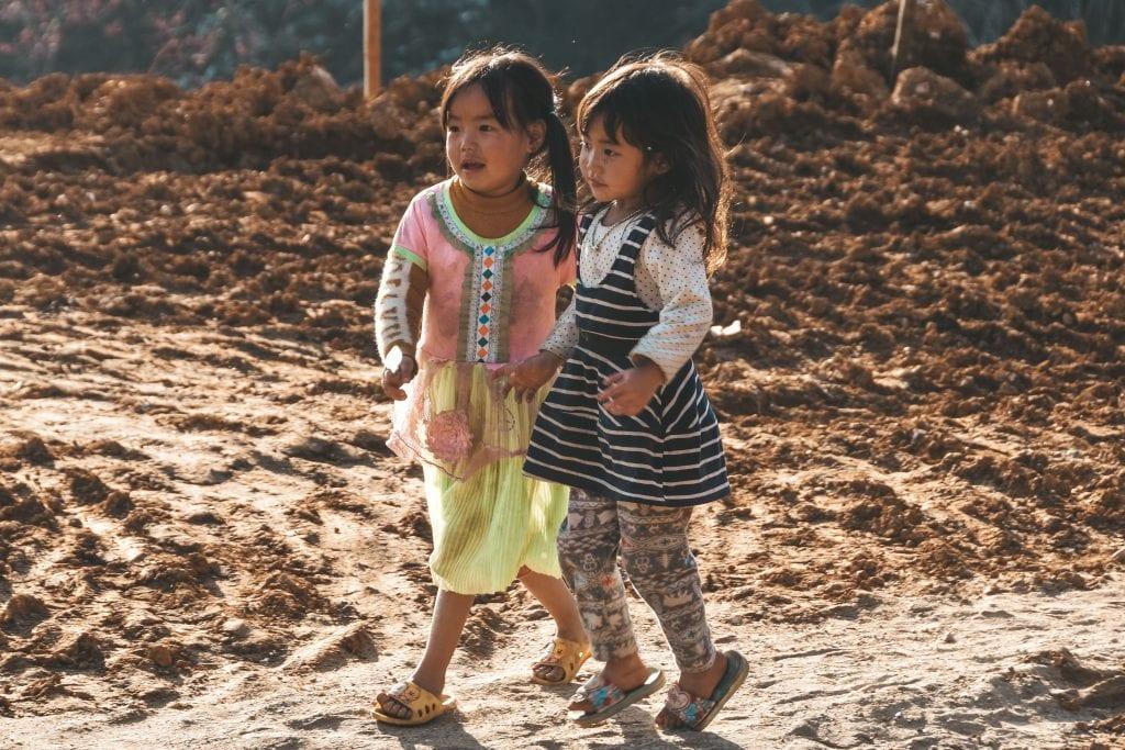 Kinderen spelen buiten in Sapa.
