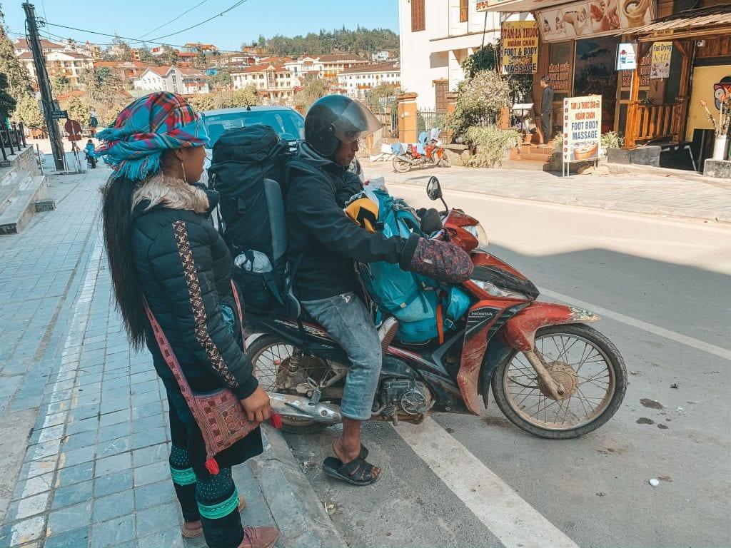 Backpacks op een scooter.